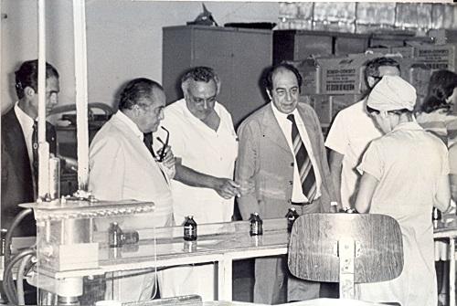 Paulo Freire juntamente com representantes da SES-MG e com o superintendente da Funed, Luiz Porto Salman, em uma visita às instalações da produção farmacêutica no final da década de 1970. / Imagens: Acervo Funed